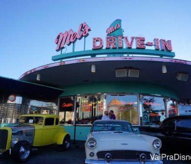 Fast food americano comum, disfarçado de cenário de filme