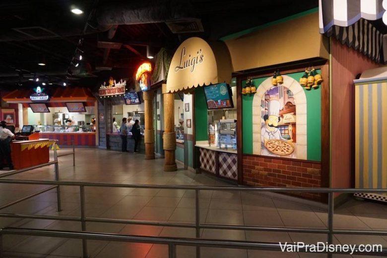 Praça de alimentação dos Simpsons. Várias opções de comida no mesmo local.