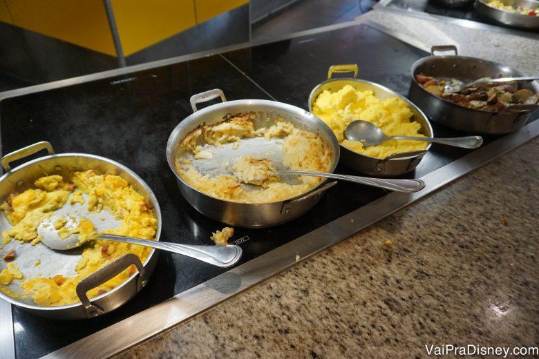 Ovos e batatas no buffet do Chef Mickey's