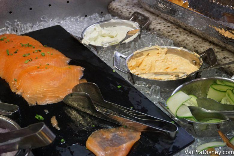 Salmão defumado no buffet, com pepino e cream cheese ao lado