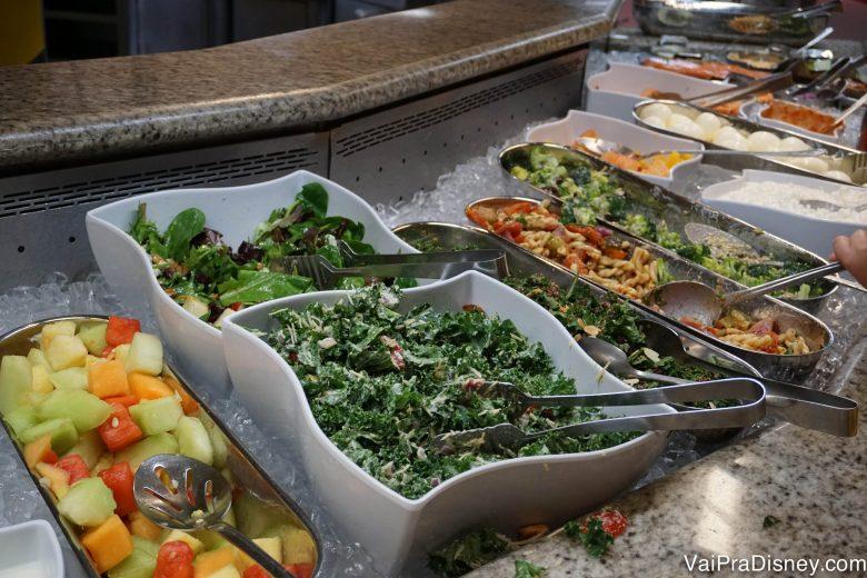 Frutas e salada no buffet do Chef Mickey's