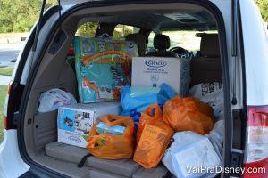 Enxoval = carro sempre cheio! Foto do porta-malas de um carro cheio de sacolas de compras em cores variadas e duas caixas