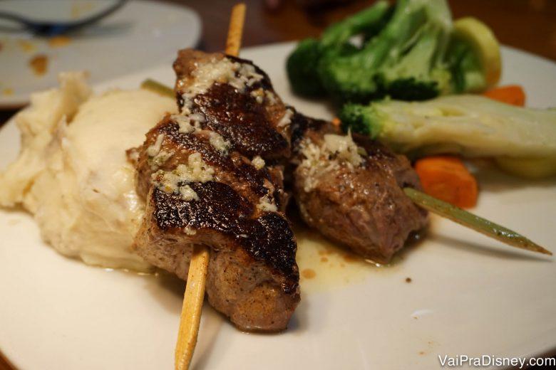 Um dos pratos que dividimos: espeto de carne com manteiga de alho, acompanhado de legumes e purê de batata.