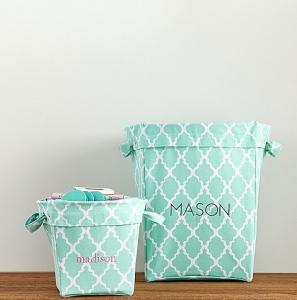 Enxoval de bebê nos EUA - Foto de cestos organizadores com estampa em branco e azul-claro