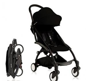 Foto de um carrinho de bebê na cor preta