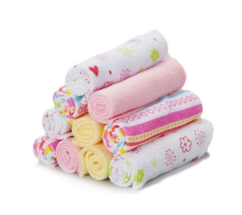 Enxoval de bebê nos EUA - Foto de um kit de toalhinhas de bebê em cores e estampas diversas