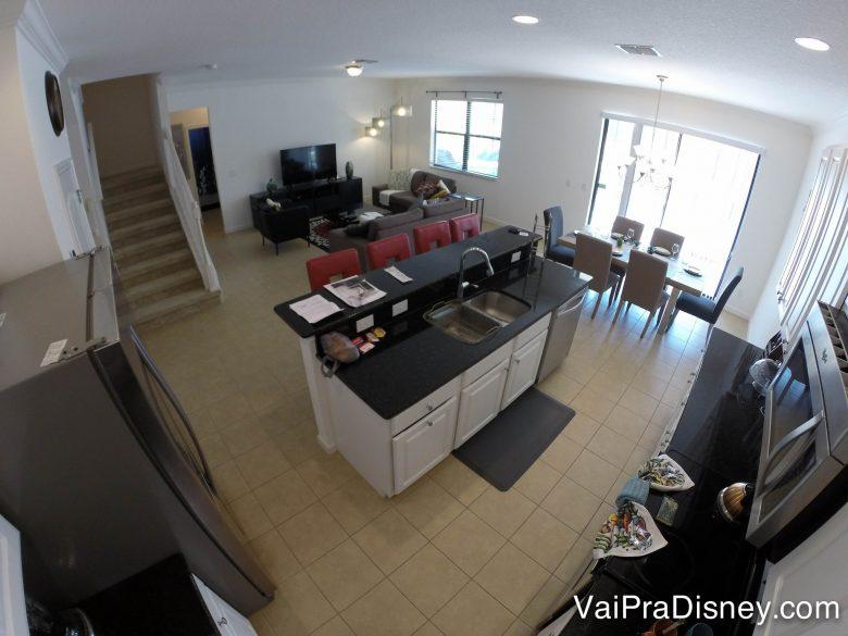 As casas sempre tem muitas áreas em comum para a família aproveitar mais das férias juntos. Foto de uma cozinha, sala de jantar e sala de estar em uma área comum de uma casa.