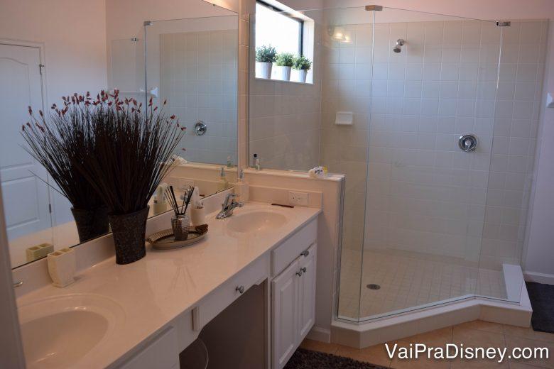 Parte do banheiro do quarto principal! Foto de um banheiro com armários e azulejos brancos.