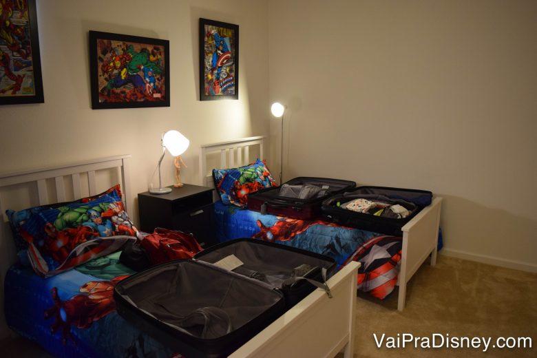 ...de heróis da Marvel! Foto de duas camas de casal com lençóis dos heróis da Marvel