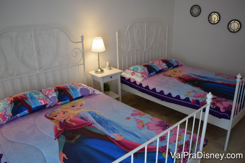 Muitas casas de aluguel criam um clima Disney decorando os quartos. A nossa tinha quarto de Frozen e.... Foto de duas camas de casal com lençóis de Frozen