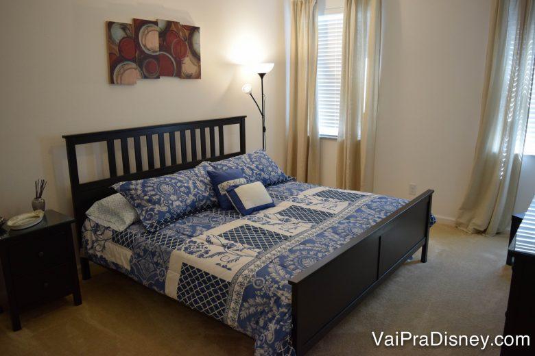 Outro quarto da casa que alugamos. Esse era o meu e do Fe! :) Foto de uma cama de casal no quarto da casa alugada, com roupa de cama estampada em azul e branco.