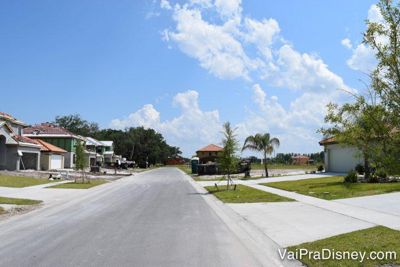 Várias casas em construção quando ficamos ali. Foto de diversas casas em construção e a rua central no condomínio da casa alugada.