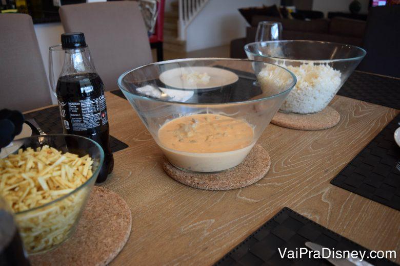 No fim, aos trancos e barrancos, dá tudo certo! Almocinho com cara de Brasil. Foto de uma mesa posta com vasilhas de arroz, strogonoff e batata palha.
