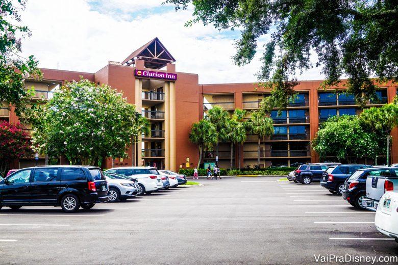Hotel barato e bom, pertinho da Disney. Uma ótima para quem quiser economizar. Tem avaliação completa do Clarion Inn aqui no site.