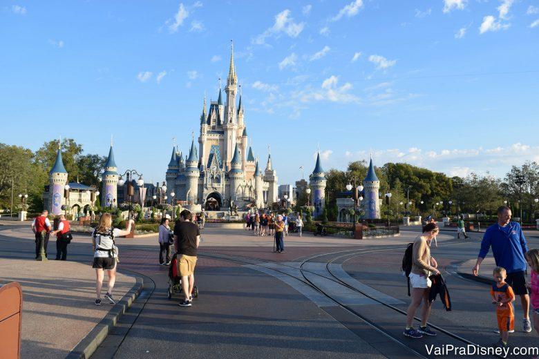 Foto do Magic Kingdom logo cedo, com poucos visitantes passeando e o Castelo da Cinderela visível ao fundo.