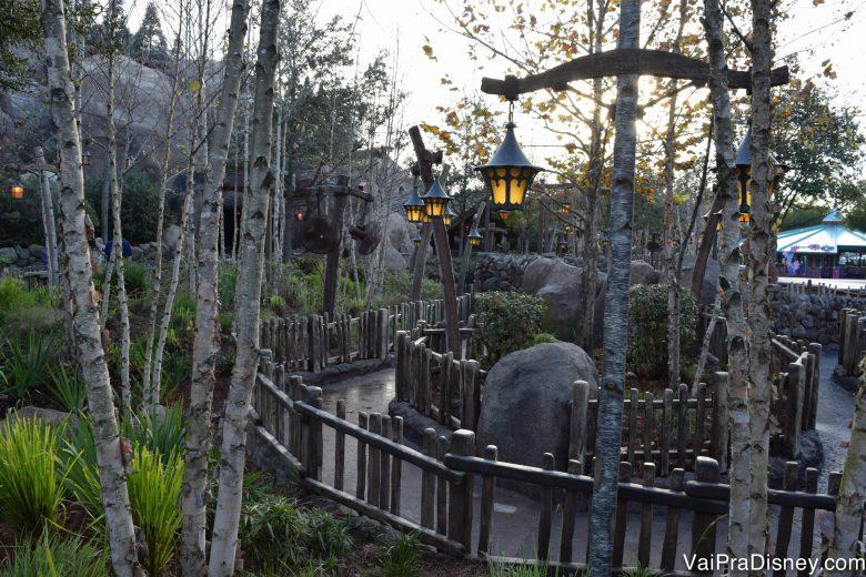 Foto da fila externa da Seven Dwarfs Mine Train, vazia devido ao Early Morning Magic.