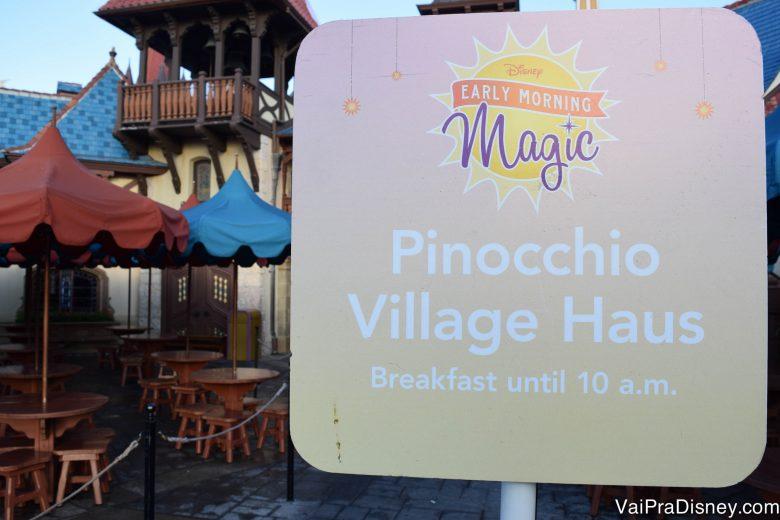 O buffet de café da manhã é montado no Pinocchio Village Haus.