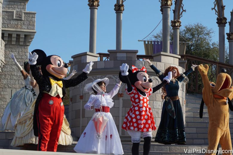 Foto dos personagens Mickey, Minnie, Mary Poppins, Merida e Pluto no show de abertura do Magic Kingdom no castelo.