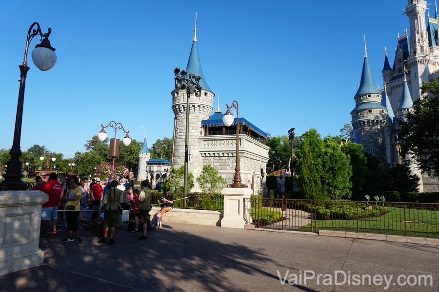Foto das cordas na entrada do parque perto da hora de abertura, com muitos visitantes atrás. A Main Street ainda está vazia devido ao Early Morning Magic