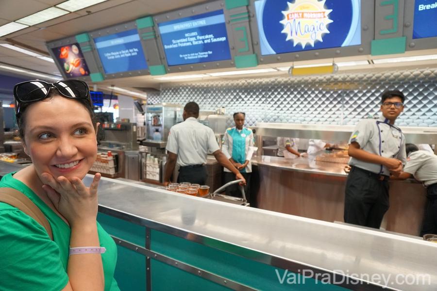 Foto da Renata na fila do restaurante que serve as comidas e bebidas durante o Early Morning Magic