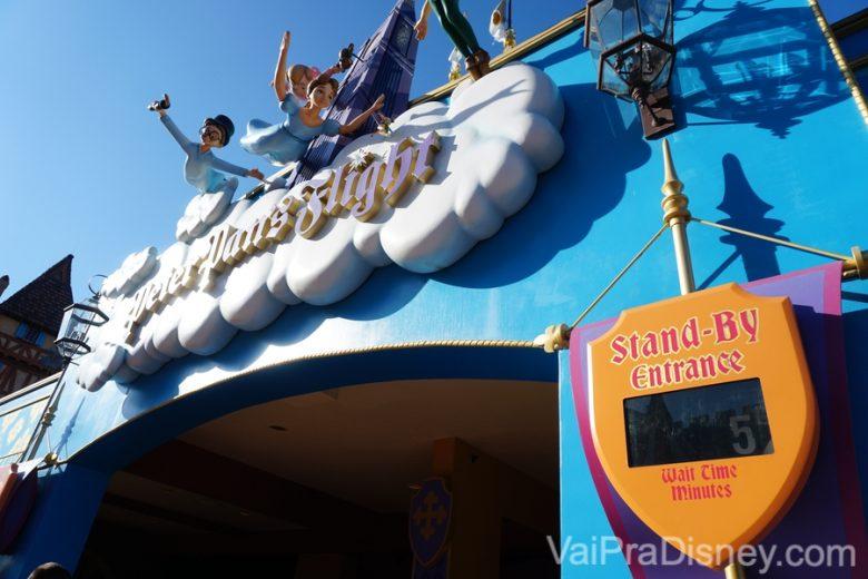 Foto da entrada da atração Peter Pan's Flight, com o display digital indicando 5 minutos de espera devido ao Early Morning Magic