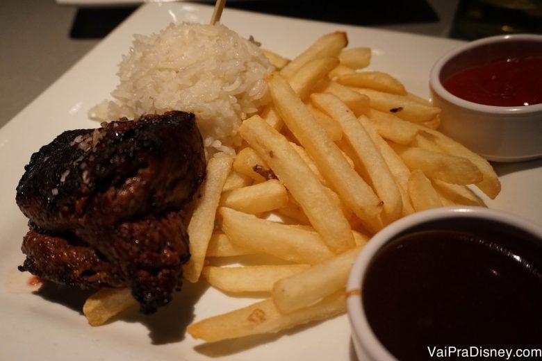Foto do prato com carne com arroz e batata frita