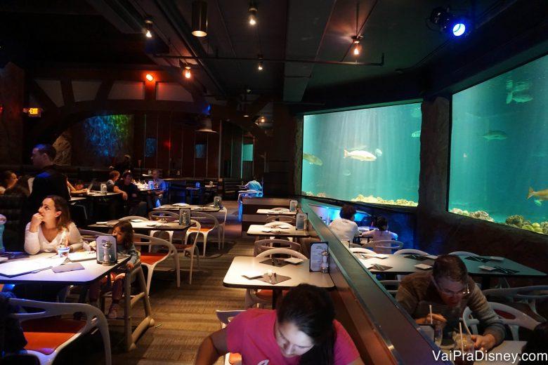 Foto mostrando algumas mesas ainda vazias no restaurante