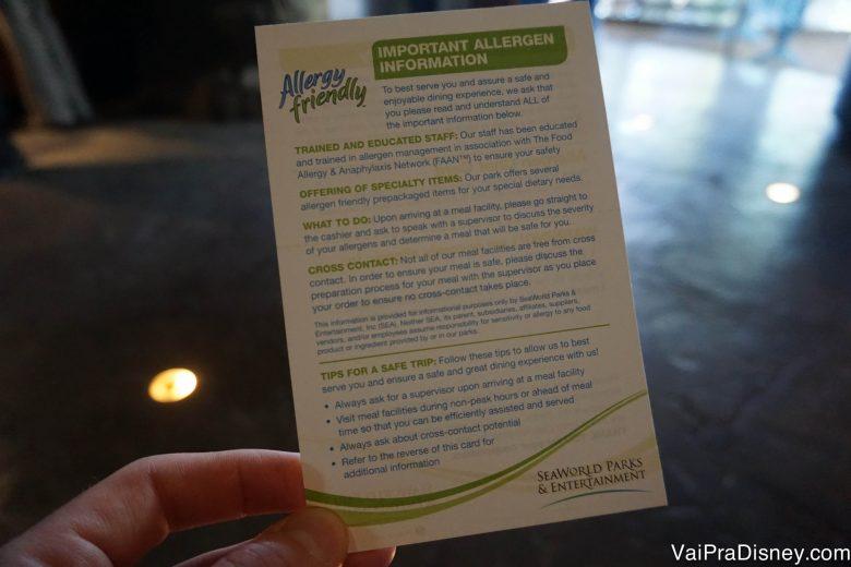 O cartão que o Felipe recebeu por dizer que era alérgico a frutos do mar, detalhando as opções disponíveis