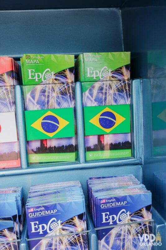 Foto dos mapas em português do Epcot, que tem bandeiras do Brasil na capa.