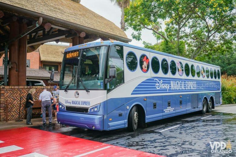 O Magical Express é um dos benefícios pra hóspedes da Disney, transporte com segurança para o aeroporto! Foto do ônibus da Disney, pintado de azul, que está buscando passageiros para levar ao aeroporto