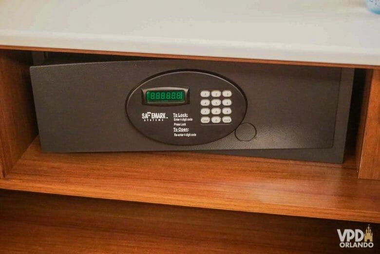 Use o cofre do quarto pra deixar itens de valor com segurança! Foto do cofre em um quarto de hotel.