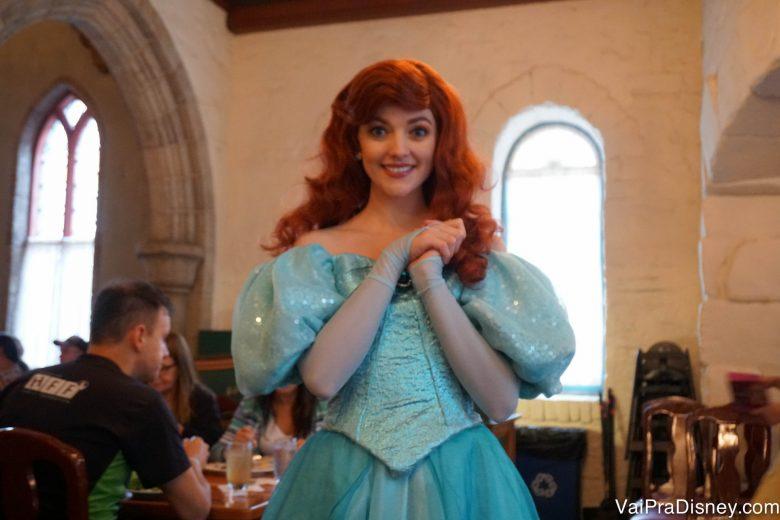 Foto da Ariel posando pra a câmera na refeição com as princesas do Akershus