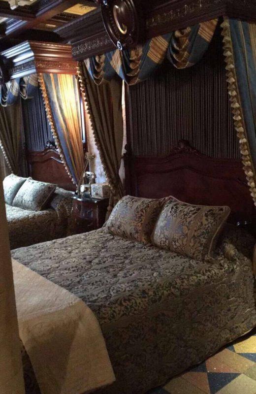 As duas camas da suíte e o criado mudo com o telefone no meio