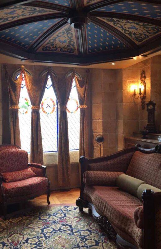 A sala de estar cheia de pequenos detalhes, dava pra passar horas ali analisando tudo! Olha os vitrais ali atrás.