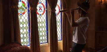 Marcelo dentro da suíte da Cinderela, no castelo do Magic Kingdom