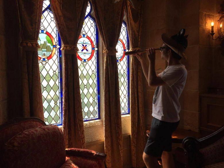A guia nos encorajou a apreciar a vista do reino com a luneta. Confesso que não enxerguei nada por ela, mas achei que valia a pose pra uma foto.