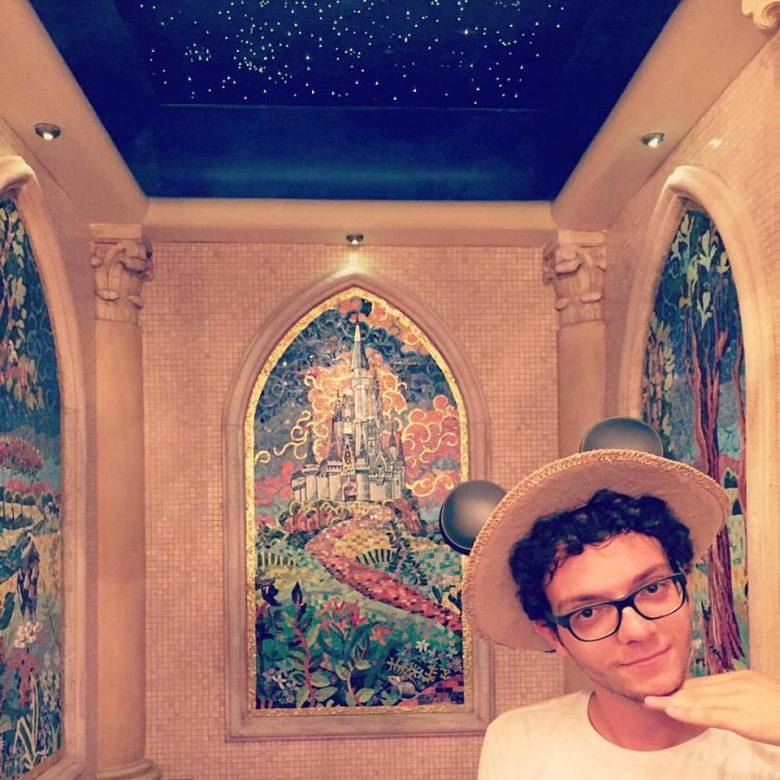 me sentindo pleno sob a luz das estrelas naquele banheiro incrível