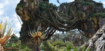 Foto da decoração de Pandora, no Animal Kingdom, com as montanhas flutuantes cobertas de vegetação e o céu azul ao fundo