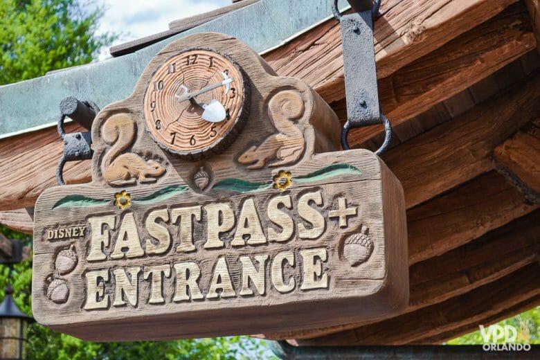 O FastPass+ é um dos benefícios que estão suspensos, ainda sem data pra voltar. Foto do relógio que indica a entrada de Fastpass+ na atração Seven Dwarfs Mine Train, no Magic Kingdom