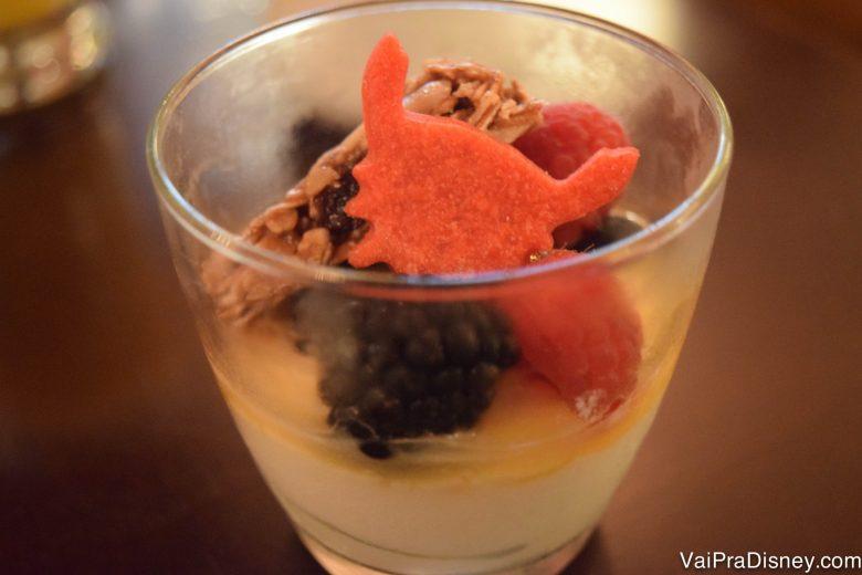 Foto de um parfait com um Sebastião (da Pequena Sereia) feito de fruta em cima