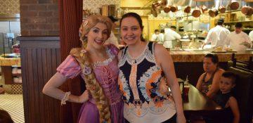 Foto da Renata ao lado da Rapunzel no Bon Voyage Breakfast da Trattoria al Forno