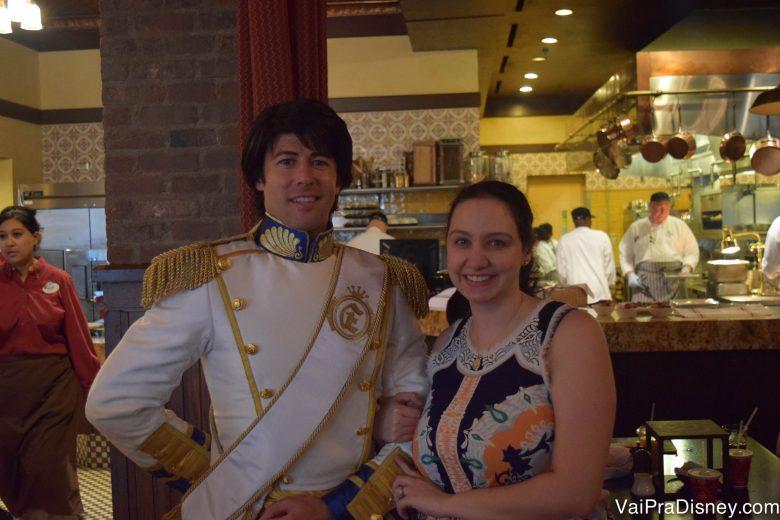 Foto da Renata ao lado do Príncipe Eric no Bon Voyage Breakfast da Trattoria al Forno