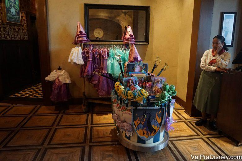 Foto das fantasias e acessórios com tema das princesas à venda na entrada da Trattoria Al Forno