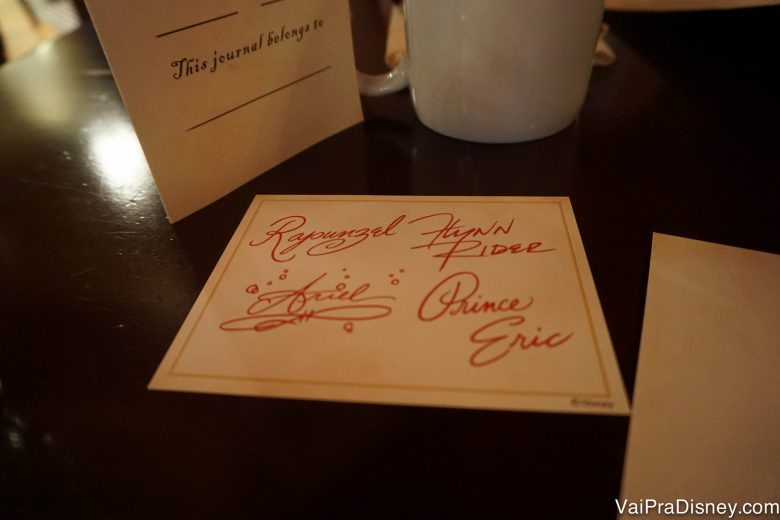 Foto de um cartão com autógrafo dos quatro personagens presentes no café da manhã (Rapunzel, Ariel, Príncipe Eric e Flynn Ryder)