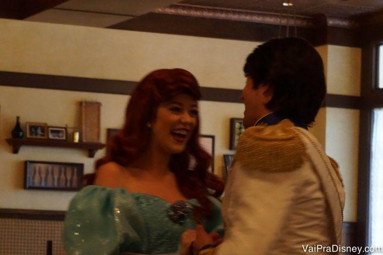 Foto da Ariel e do Príncipe Eric dando risada no meio do café.