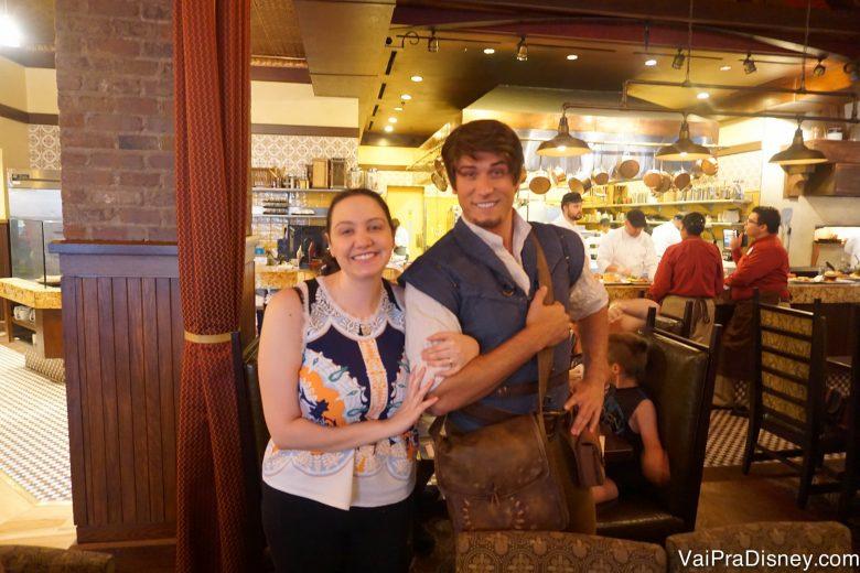 Foto da Renata ao lado do Flynn Ryder no Bon Voyage Breakfast da Trattoria al Forno
