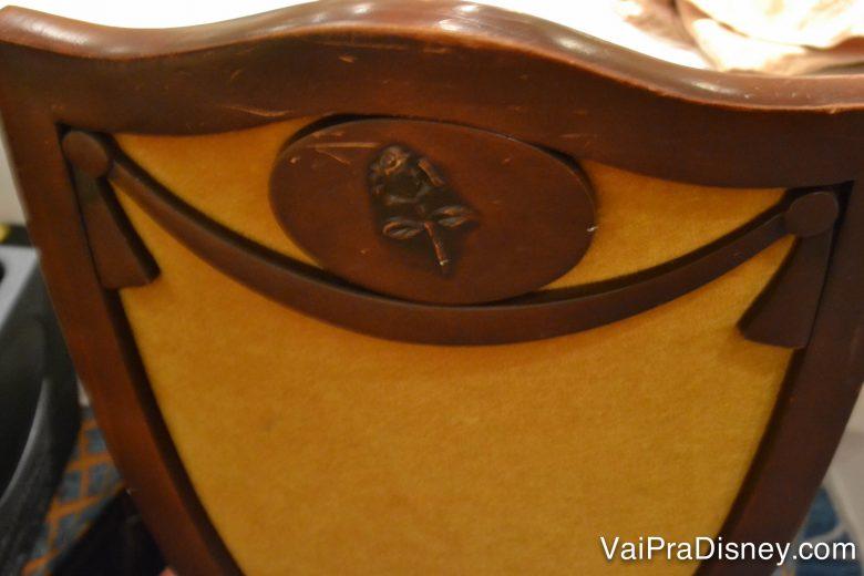 Detalhes do Royal Palace. A rose da Bela em uma das cadeiras.
