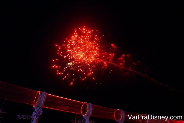 Foto do show de fogos no meio do mar do cruzeiro, durante a festa pirata