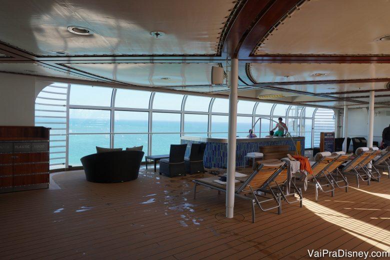 Foto das espreguiçadeiras com vista para o mar onde os visitantes podem ficar relaxando