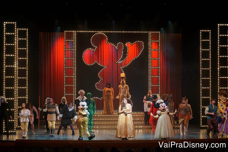 Foto do palco durante um dos shows musicais do Disney Dream, o Golden Mickey's